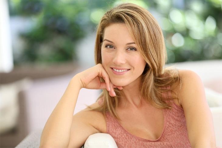 יתרונות הטיפוח של הקולגן: אישה בוגרת נאה