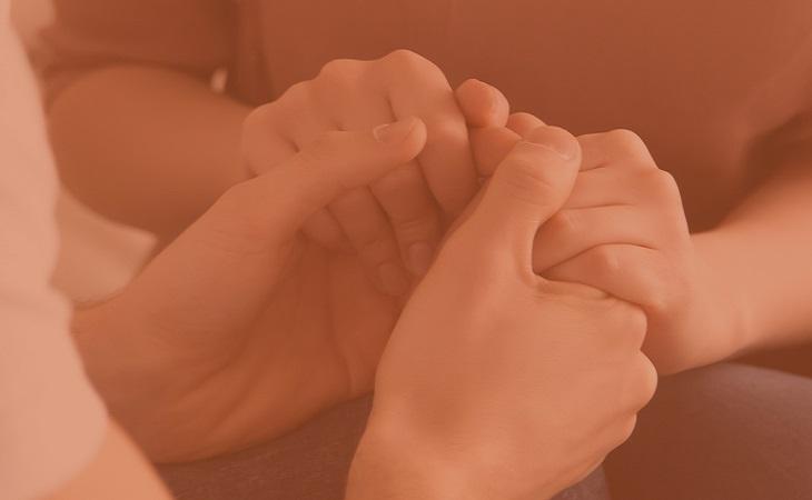 מאגר חיפוש תרומות כליה: אנשים אוחזים ידיים