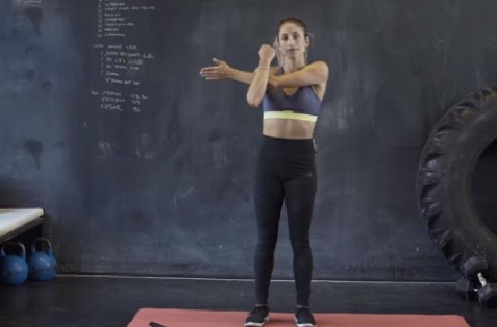 מתיחות לאחרי אימון כושר: מתיחת זרוע וכתף