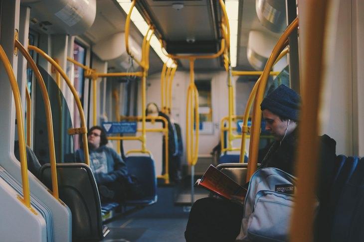אפליקציות תשלום לנסיעות באוטובוסים: אנשים נוסעים באוטובוס