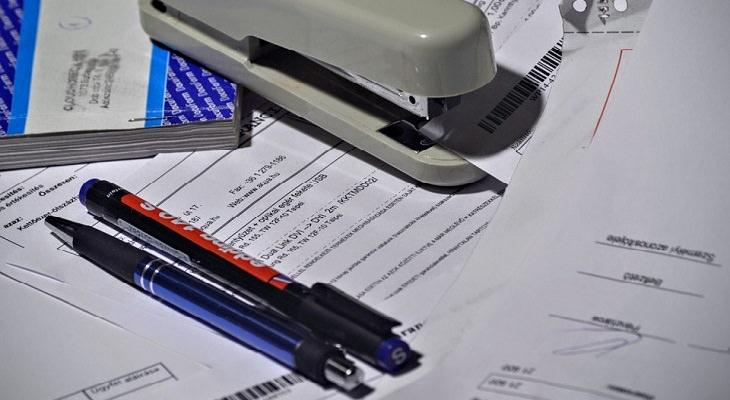 זכויות ניצולי שואה: ניירת וכלי כתיבה