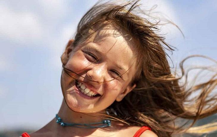מעבר בין קופות חולים: ילדה מחייכת