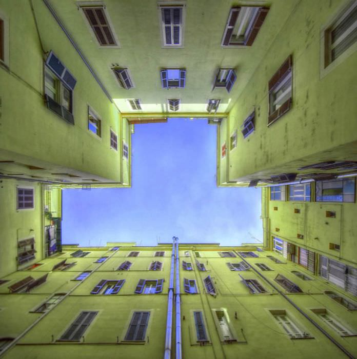 תמונות מדהימות של שמיים מבעד לבניין