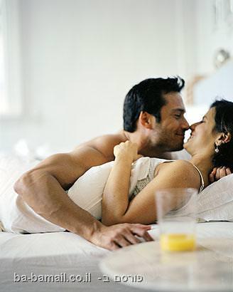 זוג מתנשק במיטה