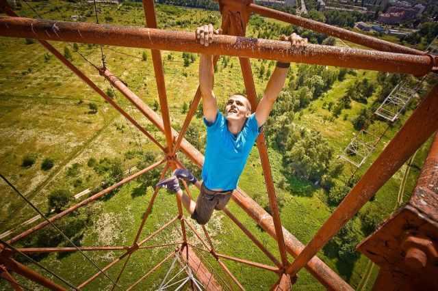 בחור מטפס למקומות גבוהים ומפחידים
