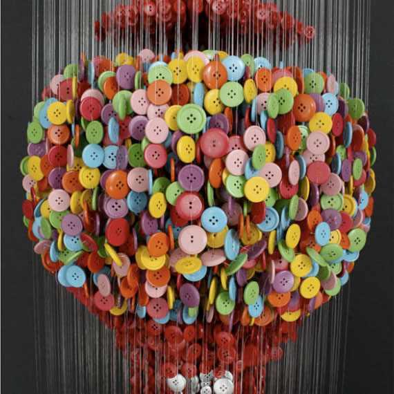 אמנות מכפתורים על חוטים