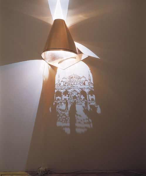 פסלים שמשחקים באור וצל