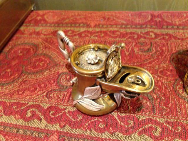 כד קטן המכיל חפצי יודאיקה מעוטרים