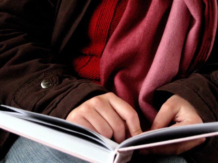 יתרונות של קריאת ספרים: יד עוברת עם אצבע על ספר