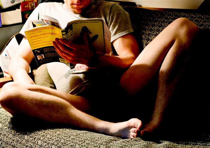 יתרונות של קריאת ספרים: גבר יושב על ספה וקורא ספר