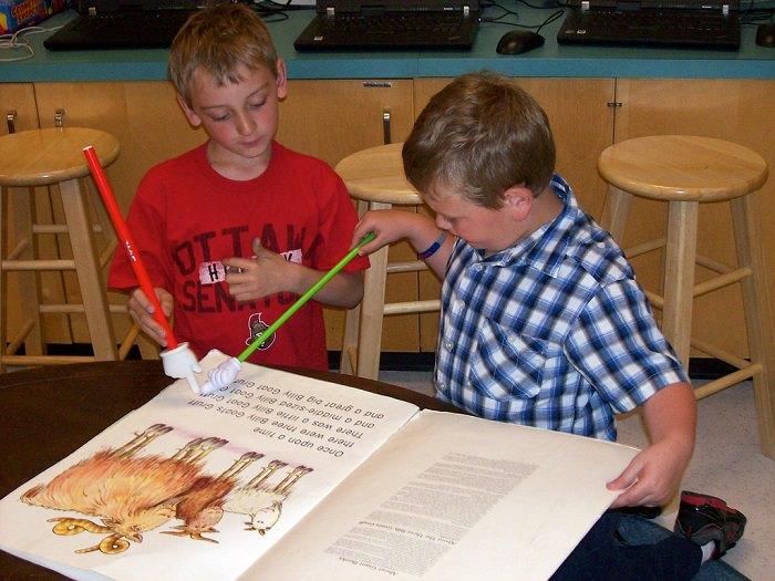 שני ילדים קוראים ספר גדול