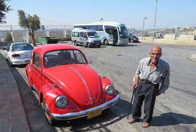 עבד סייאד ליד רכב חיפושית אדום
