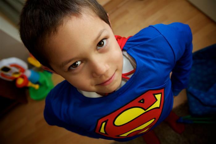 פיתוח ביטחון עצמי בריא בילדים: ילד מחופש לסופרמן