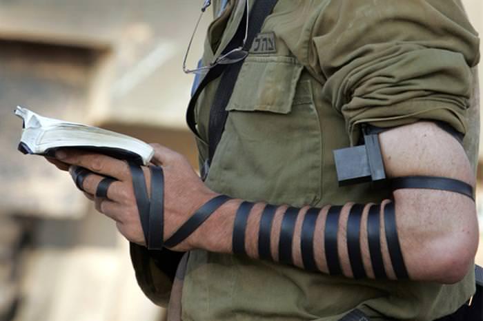 נקודות לחיצה ותפילין: חייל מתפלל עם תפילין
