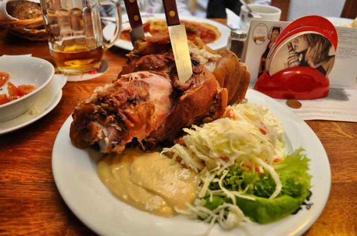 מטבח עולמי צ'כיה: מנת בשר על צלחת ולצדה כרוב לבן
