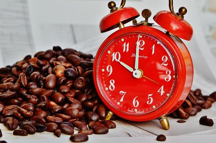דרכים להיפטר מנדודי שינה: שעון מעורר ופולי קפה