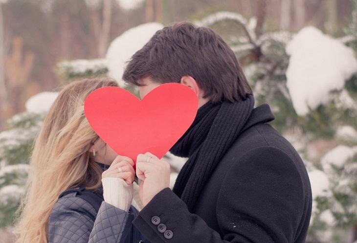 זוג מחזיק בלב אדום