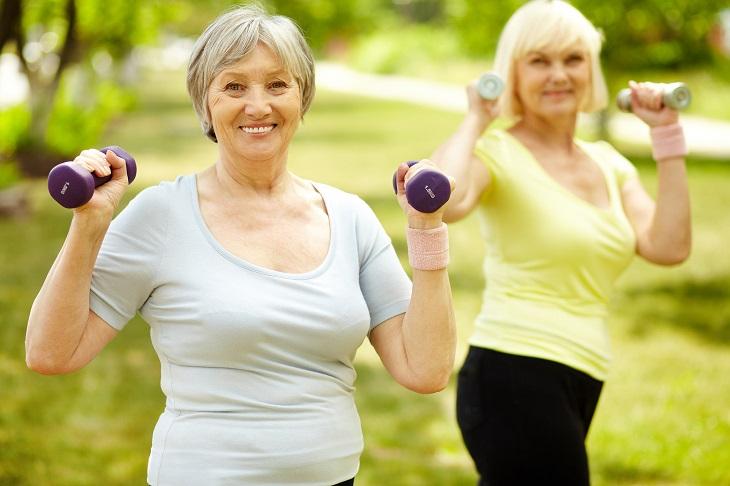 תרגילי התנגדות לבני הגיל השלישי: שתי נשים מבוגרות מתעמלות