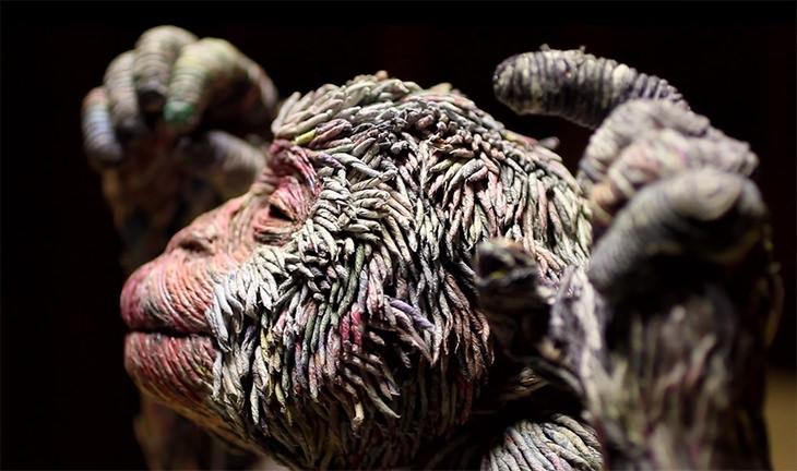 פסל קופים מרצועות עיתון