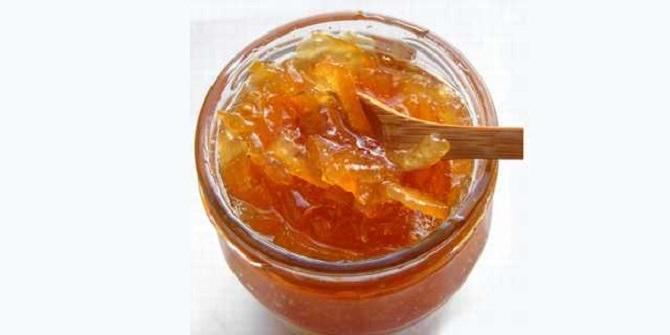 צנצנת דבש עם כף מעץ