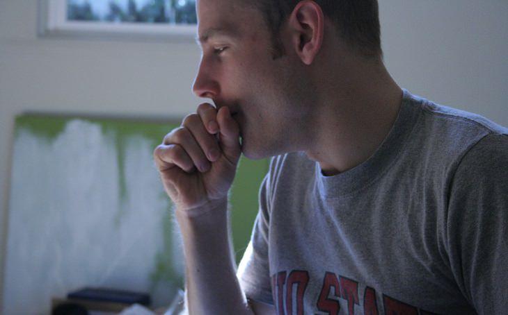 יתרונות בריאותיים של קימל: גבר משתעל