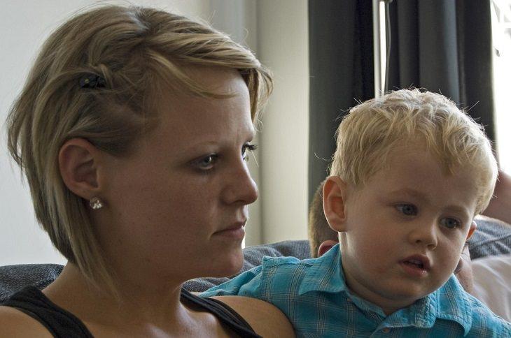איך להפסיק אלימות מילולית בקרב ילדים: ילד ואמא שלו