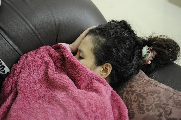 סכנות בריאותיות של שעות שינה מרובות: נערה ישנה על ספה
