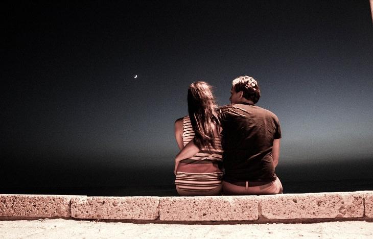 זוג יושב בלילה