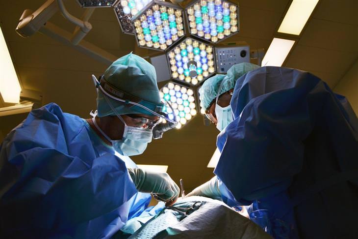 צמד מנתחים בזמן ניתוח