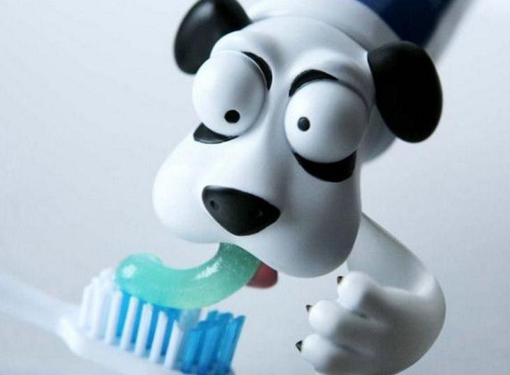 כיסוי בצורת ראש של כלב על משחת השיניים
