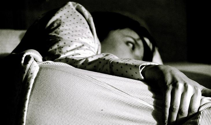 דרכים לריפוי הגוף בעזרת המחשבה: אישה שוכבת במיטה ערה