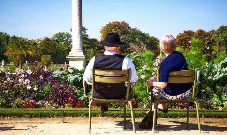זוג מבוגר יושב בגינה