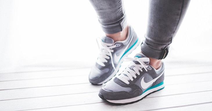 רגליים של אישה עם נעלי ספורט