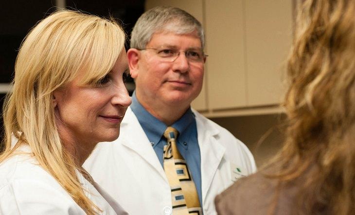 אישה מתייעצת עם רופאיה