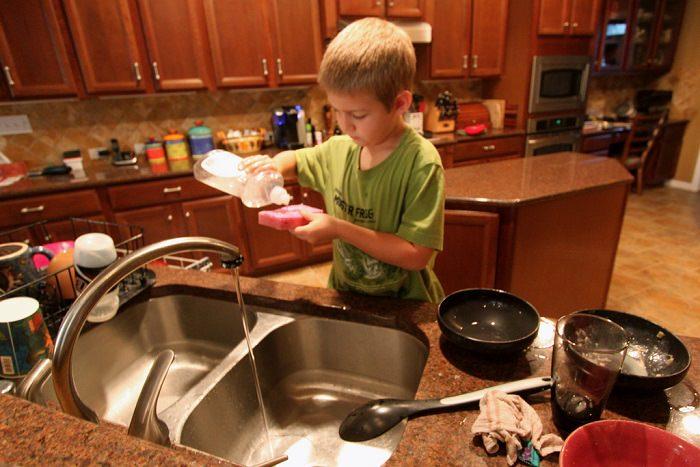טיפים לניקוי: ילד שוטף כלים