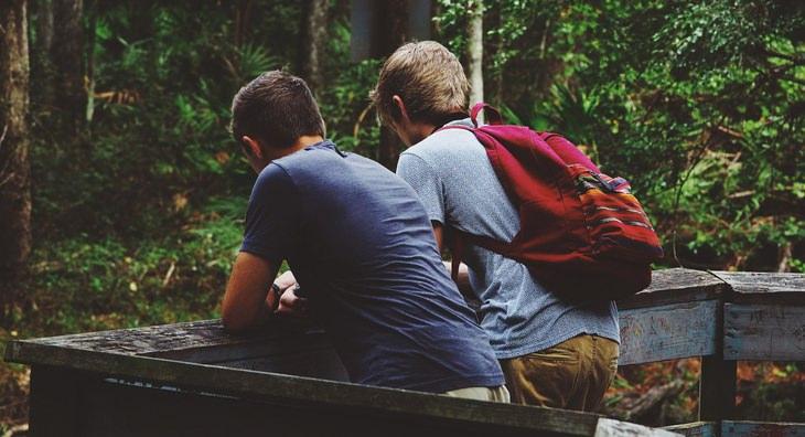 עובדות על החיים: צמד חברים מדברים בחיק הטבע