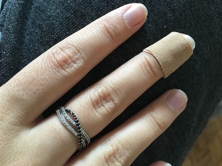 יתרונות בריאותיים של מנדרינות: אצבע עם פלסתר