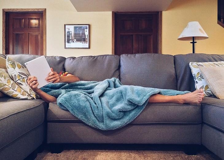 שימושים ויתרונות של תבלין הציפורן: איש שוכב על ספה