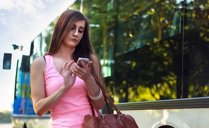 נערה מתכתבת בסמארטפון שלה