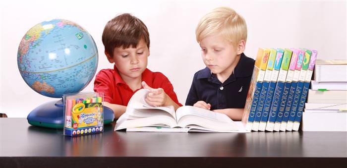 שני ילדים לומדים וקוראים ספר