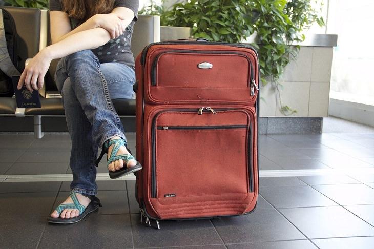 נערה ליד מזוודה