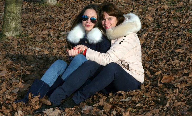 אמא וילדה מתחבקות