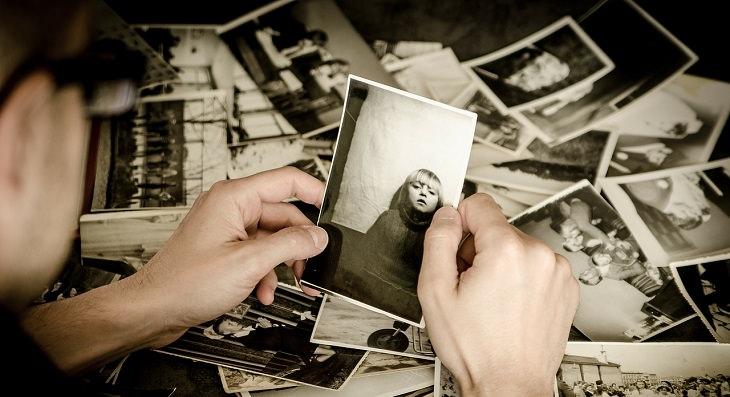 גבר מביט בתמונות ילדותו