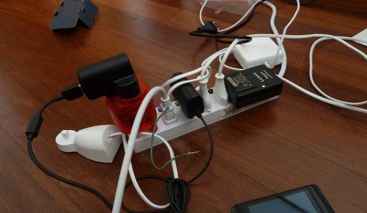 מפצל שמחוברים אליו מכשירי חשמל
