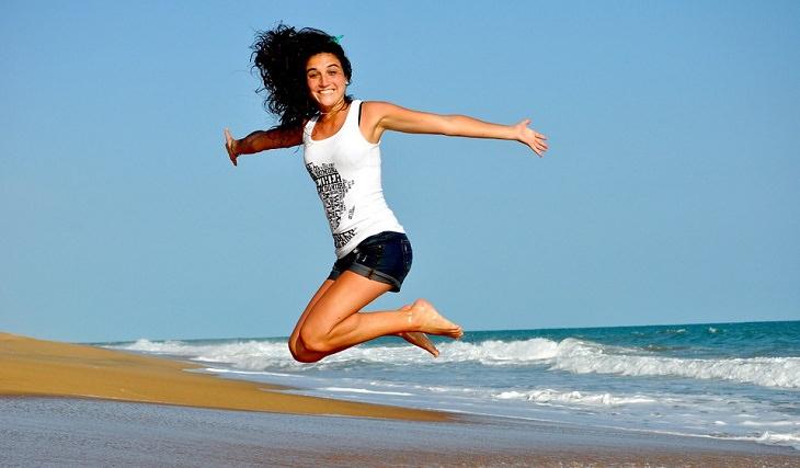 אישה קופצת משמחה בים
