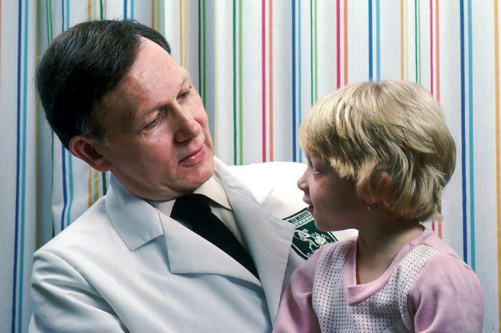 רופא ילדים וילדה
