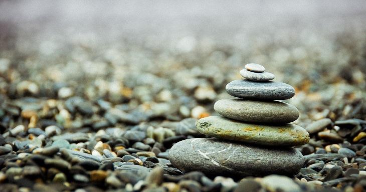 אבנים מונחות אחת על השנייה כסמל למדיטציה