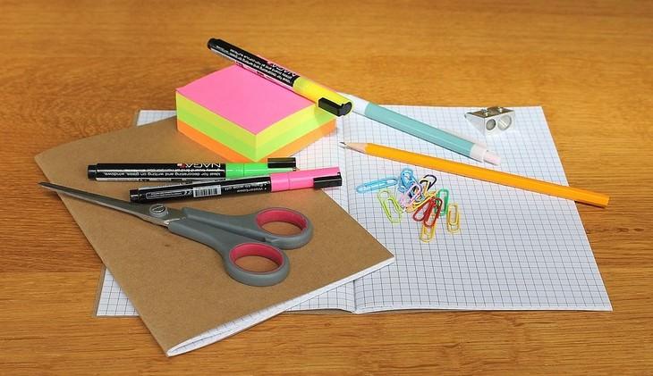 שולחן עבודה עם ניירות וכלי כתיבה