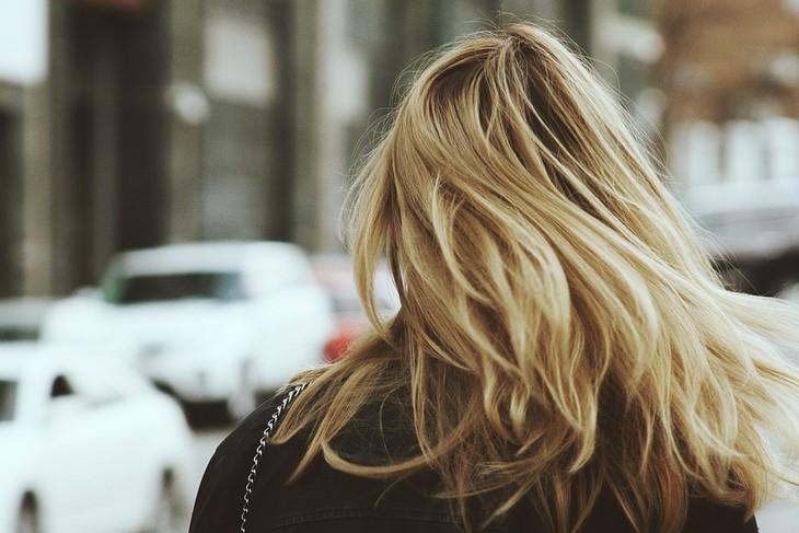 יתרונות השומשום ושמן השומשום: אישה עם שיער בלונדיני מתנפנף