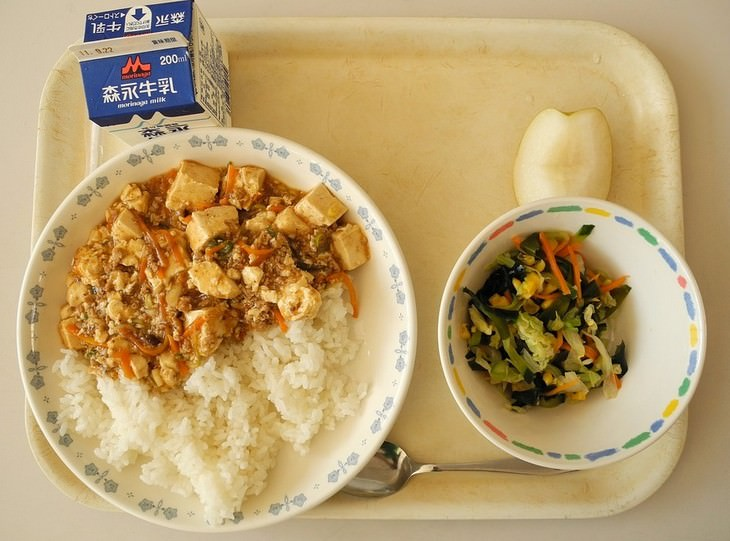 ארוחה בבית ספר ביפן
